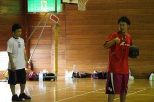ポストプレーを教える黒澤コーチ