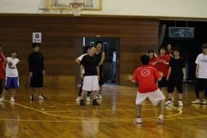 ディフェンスを指導する甚田コーチ